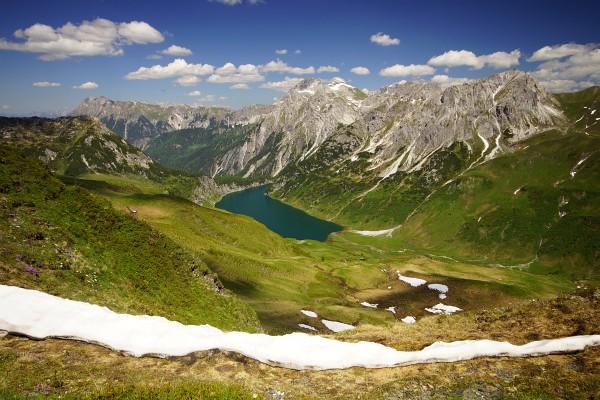 Herrlicher Tiefblick zum Tappenkarsee. Dahinter die Gipfelparade von der Ennskraxen (links) über den Faulkogel bis zum Weißgrubenkopf. Links der Maierkogel, unser heutiger letzter Gipfel.