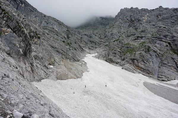 Während die beiden anderen Wanderer den Aufstieg über die Schneegrube bevorzugen, folge ich der Markierung am Felsrand entlang. Aus der Bildmitte geht es dann nach links über eine Rampe auf den Südostgrat.