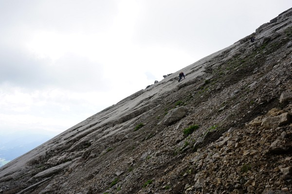 In der Einstiegsrampe auf den Südostgrat. Entweder links über die Felsplatten oder rechts über eine Schotterrinne.