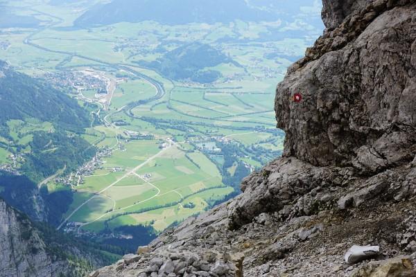 Eine der Schlüsselstellen: Auf einer abschüssigen Felsplatte um eine Geländekante herum