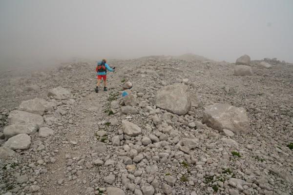 Eintauchen in den Nebel am blau markierten Gletscherweg zum Großen Gosaugletscher