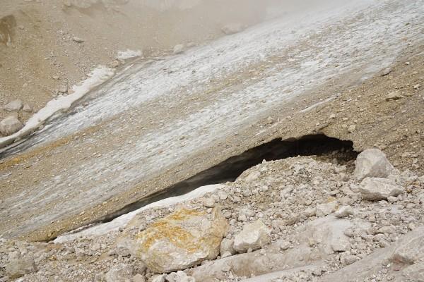 Kleine Bächlein sprudeln aus dem Gletschereis.