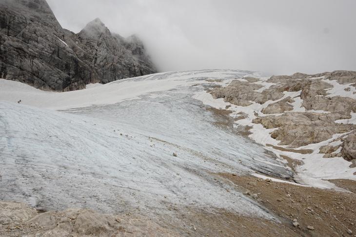 Am Gosaugletscher: Eis, Schuttfelder, glattgeschliefene Felsplatten und schroffe Gipfel