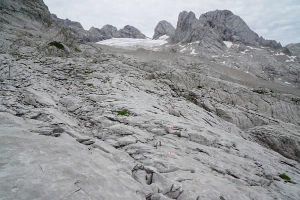 Über gut markierte, glatte Felsplatten. Blick zurück zum Gosaugletscher.