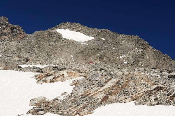 Hubschrauber auf einem kleinen Plateau in Bildmitte