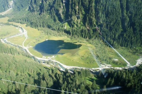 Stappitzer See - Blick durch die Gondelscheibe bei der Abfahrt ins Tal