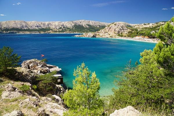 Durchschnittlich 200 bis 300 Meter erheben sich die Bergzüge um Baska über das Meer