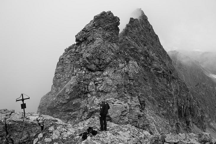 Um etwas Farbe in den Bericht zu bringen, gibt es hier ein Schwarz-Weiß-Foto vom Gedenkkreuz am Elendberg.