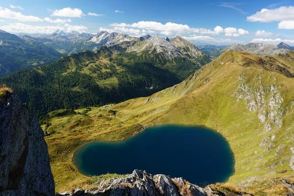 Wie bei meinem 1. Besuch fasziniert der Tiefblick auf den Twenger Almsee. Darüber die Gollitschspitze mit neuem Gipfelkreuz.