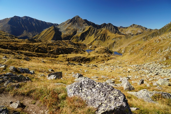 Ausblick von der Idlereckscharte Richtung Westen, wo etliche Wanderer von Süden heraufkommen.