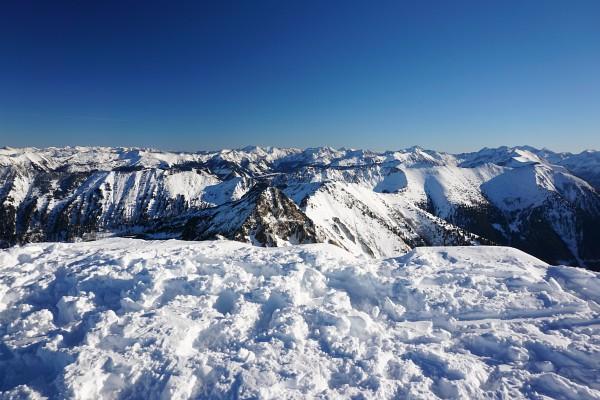 Vor dem Jahreswechsel waren Schneeschuhe im Gelände - wie hier am Gumpeneck - die bessere Wahl.