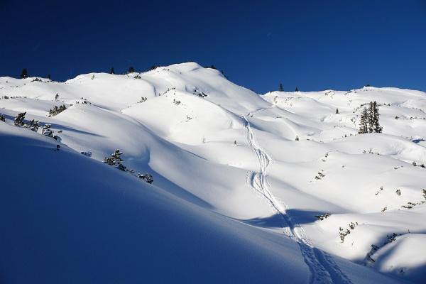 Über eine tolle, eindrucksvolle Hügellandschaft ...