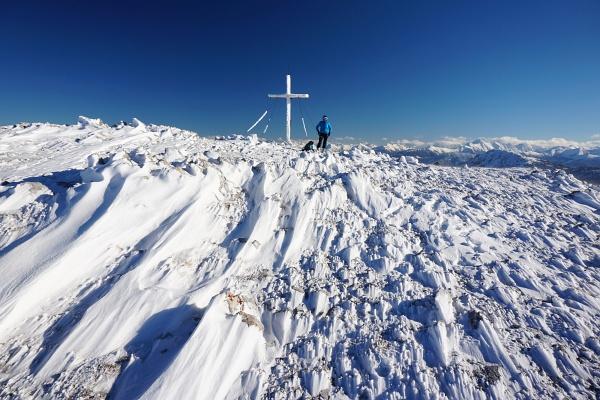 ... hinauf zum sturmumtosten Gipfelkreuz.