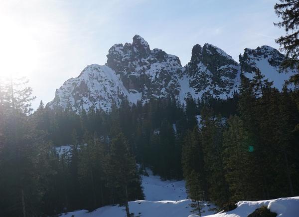 """Der markante Schillerkopf soll an das Gesichtsprofil des Dichters Friedrich Schiller erinnern. Das Gipfelkreuz steht auf der """"Nase""""."""