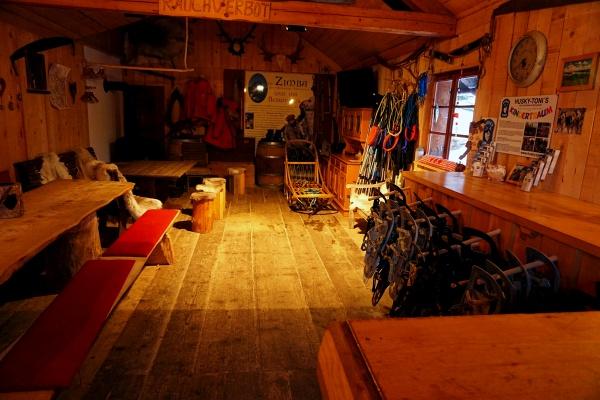 Die theoretische Erklärung des Hundeschlittens erfolgt in Husky-Tonis Hütte.