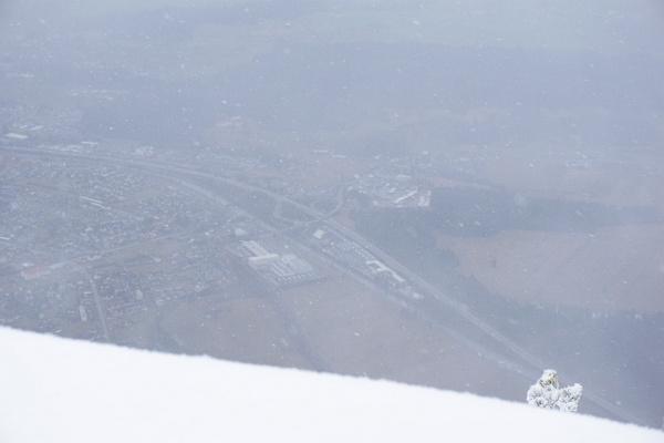 Tiefblick auf das 1.200 Höhenmeter niedriger gelegene Nenzing. Der Tiefblick wurde immer wieder von Wolkenschwaden verwehrt.