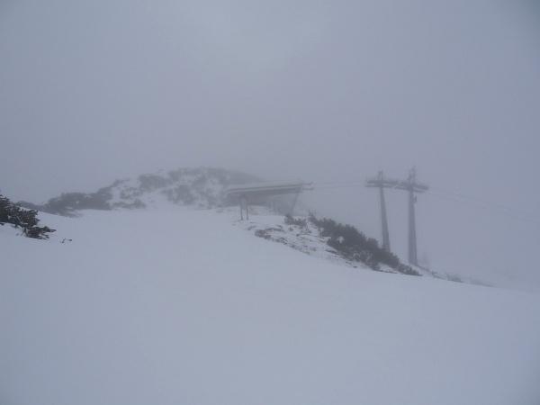 Bei schlechter Sicht von der Schilift-Bergstation auf den dahinter liegenen Kleinen Rotbühel.