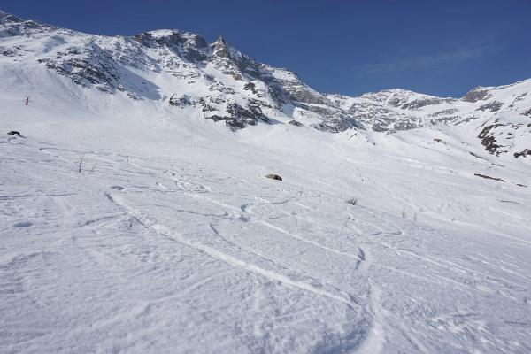 Einsamer Anstieg entlang der Nordseite des Hohen Sonnblick. Weiter vorne (ganz winzige Pünktchen) eine Handvoll Skitourengeher.