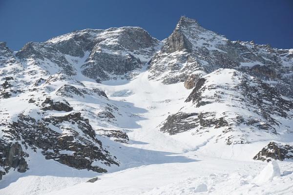 Man muss schon sehr genau schauen, um die 4 Skitorengeher auf dem Steilhang des Sonnblick zu erkennen (rechts der Bildmitte).