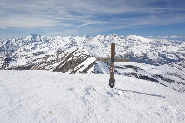 Einsamkeit beim Gipfelkreuz (2008 war es fast zur Gänze von Schnee bedeckt, obwohl ich einen Monat später oben war)