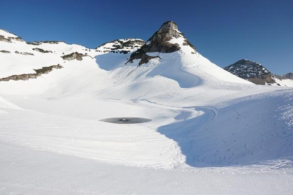 Ausgangspunkt ist das Schigebiet um die Loseralm. Im Bild der noch zugefrorene Augstsee, darüber der markante Atterkogel.