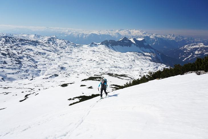 Auf den letzten 300 Höhenmetern wird es etwas steiler. Unter uns das zuvor durchwanderte Hochplateau (die Route liegt etwa links der Bildmitte)
