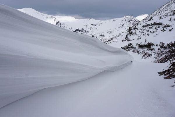 Beeindruckende Schneewechten direkt auf der Schipiste