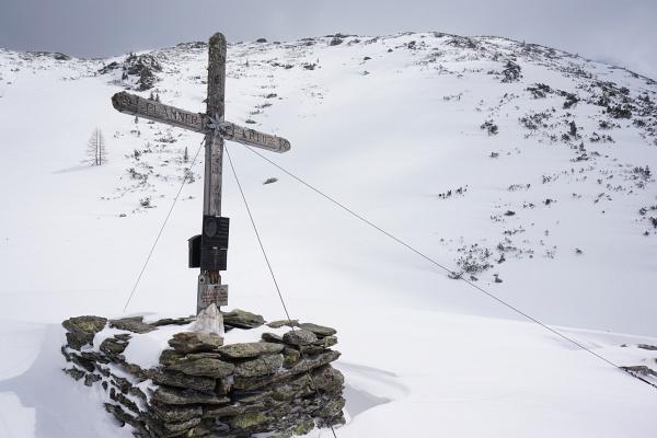 Beim Plannerkreuz: Irgendwo auf diesen 200 Höhenmetern bis zum Gipfel muss mein Tourenski liegen.