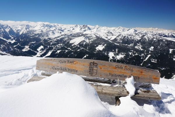 Aussichtsreiche Holzbank auf der Gasselhöhe mit bestem Ausblick zum Großglockner.