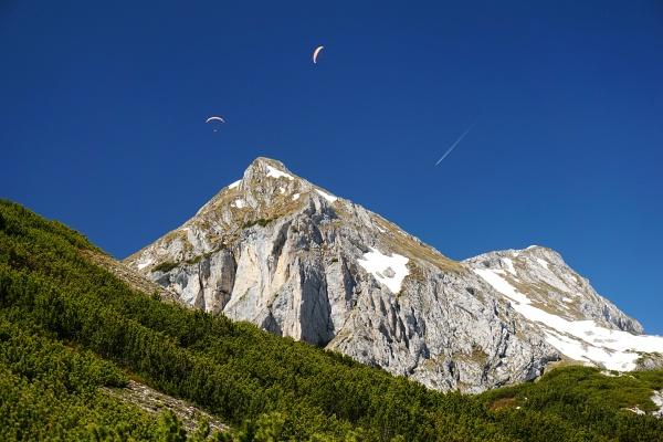 Viel Flugverkehr über den Berggipfel - im Bild die Wasenspitze