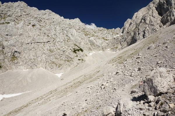 Unterwegs im weiten Schotterfeld. Links der Bildmitte der Grimming-Gipfel.