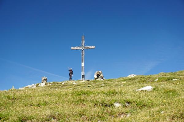 Großes Gipfelkreuz am Vorgipfel der Tockneralm