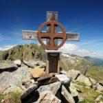 Kleines Kreuz auf der Tockneralm - im Hintergrund die Karlhöhe