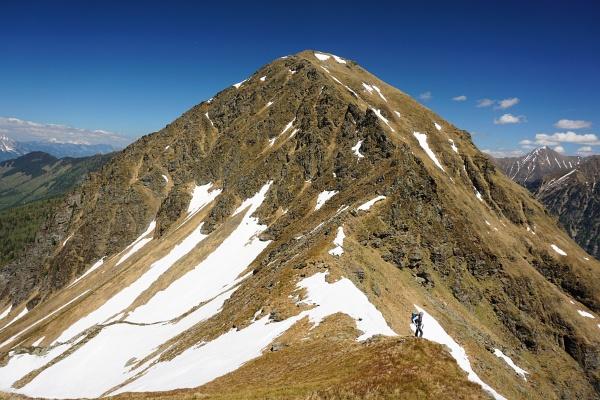 Ingrid in der Roten Scharte. Links die Langschneerinne hinunter ins Sattental, rechts geht´s steil in den Stummerkessel hinab.