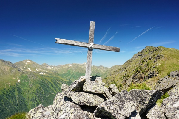Am Langhauseck: Die Bauteile für das Gipfelkreuz waren alle vorhanden und mussten nur noch zusammengesetzt werden