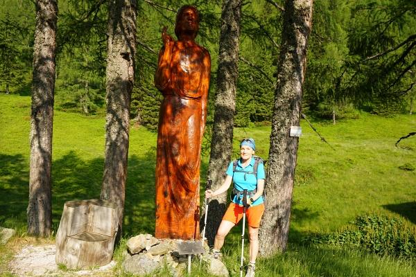 Ingrid bei der großen Christus-Skulptur