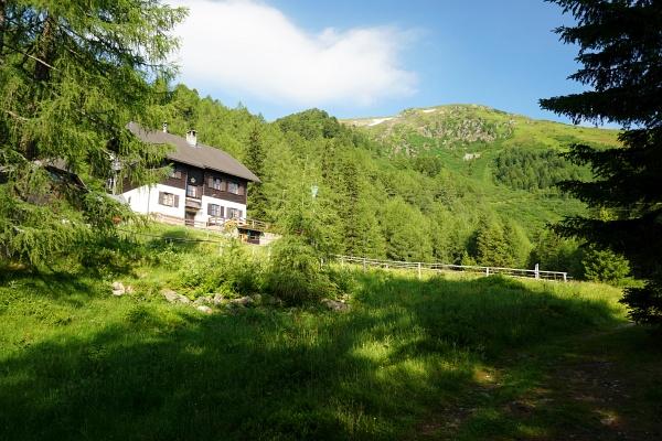 Rottenmanner Hütte. Hinten: Stein am Mandl / Steinernes Manndl