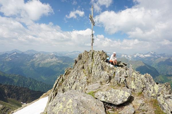 Einsam beim Gipfelkreuz am Großen Knallstein