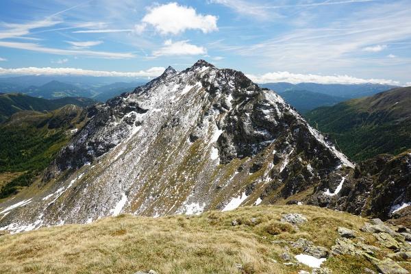 So präsentierte sich die 300 Höhenmeter lange Nordflanke des Arkogel vor 3 Tagen vom Gipfel des Breitdach aus - Sollte hier ein Aufstieg möglich sein?