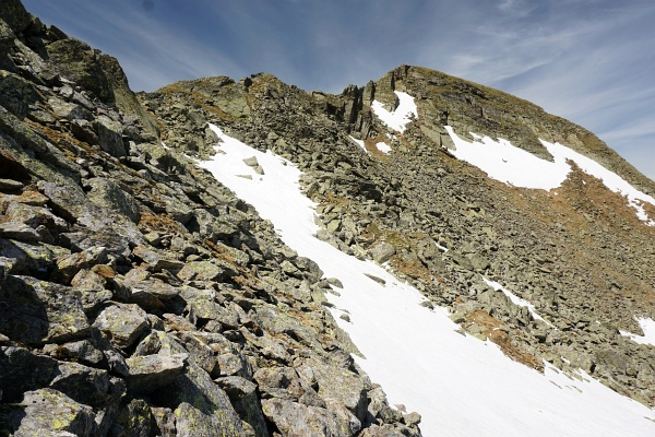 Über Schneefelder, Blockgestein und Felsplatten zum Schöderkogel-Südgrat