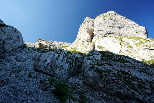Bis zur drahtseilgesicherten Felsstufe auf der Ostseite des Farbkogels wanderen wir im Schatten.