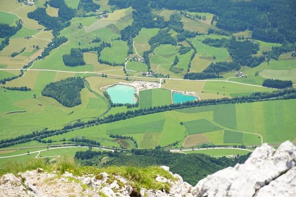 Fast 1.700 Höhenmeter liegen zwischen dem Ennstal und dem Grimming-Gipfelkreuz. Hier sollte man am südseitigen Anstieg auf jeden Fall genügend Flüssigkeit einpacken.
