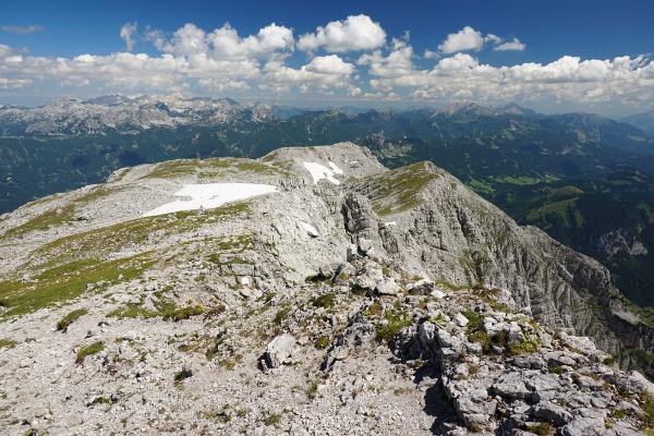 Langer und recht ebener Weg am Plateau zwischen Grimming und Multereck