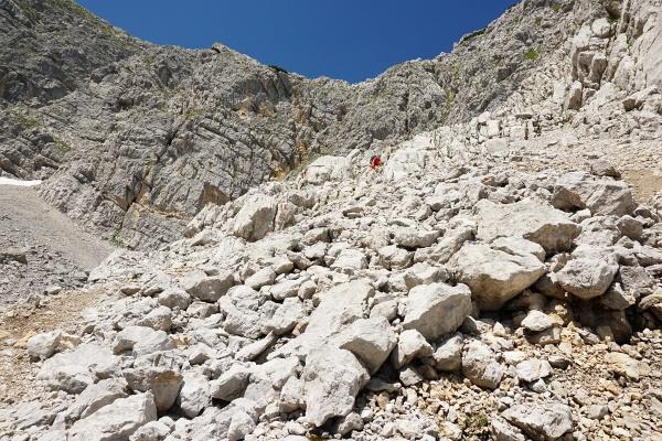 Schnell kommen wir im felsigen und steinigen Abstiegsgelände nicht voran.