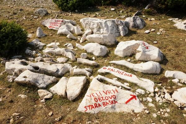 Die Steige auf den Obzova sind gut markiert. Man überschreitet dabei weitere Gipfel mit so klingenden und leicht auf der mitteleuropäischen Zunge liegenden Namen wie Veli Vrh, Brestovica oder Zminja. Aber auch die möglichen Ausgangspunkte oder Wegkreuzungen wie Draga Bascanska, Zicevo oder Pod Brestovicu sind nicht minder geschmeidig.