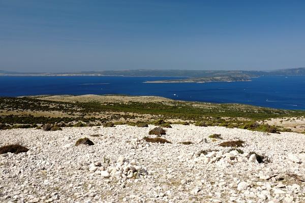 Ausblick vom steinigen 541 Meter hohen Veli Vrh zum Meer.
