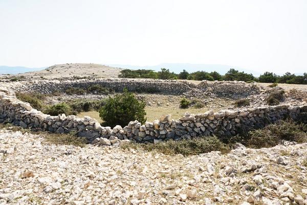 An steinumsäumten Schafpferchen vorbei