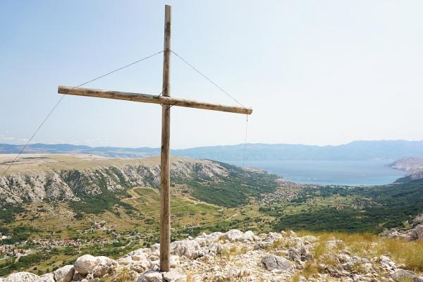 Ausblick von einem namenlosen Gipfelkreuz über den Talkessel um Baska