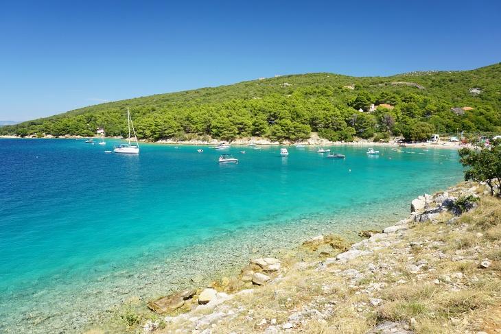 Glasklares, türkis-leuchtendes Meer südlich von Punat