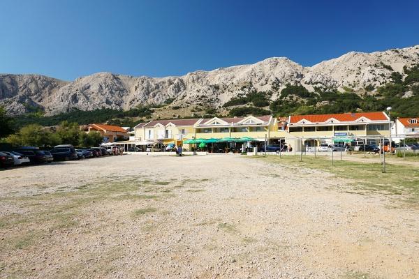 Aufbruch in Baska-Zarok beim günstigsten der drei nebeneinanderliegenden Parkplätze